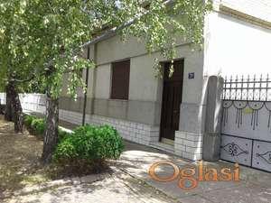 Prodajem kuću u Kisaču na mirnoj lokaciji sa velikim placem