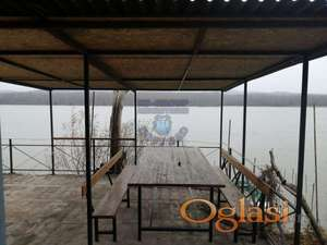 Odlično održavana vikendica na tri etaže tik uz Dunav. kontakt ADRIJANA 0631678412