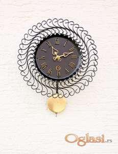 Stari zidni sat sa klatnom