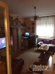 Klasian trosobni stan u izvornom stanju ali jako lepo odravan Atraktivna lokacija u blizini centra Stan ima odvojinu kuhinju i trpezariju 2 te