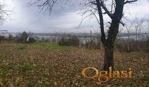 Atraktivan plac sa panoramskim pogledom na grad, Ribnjak